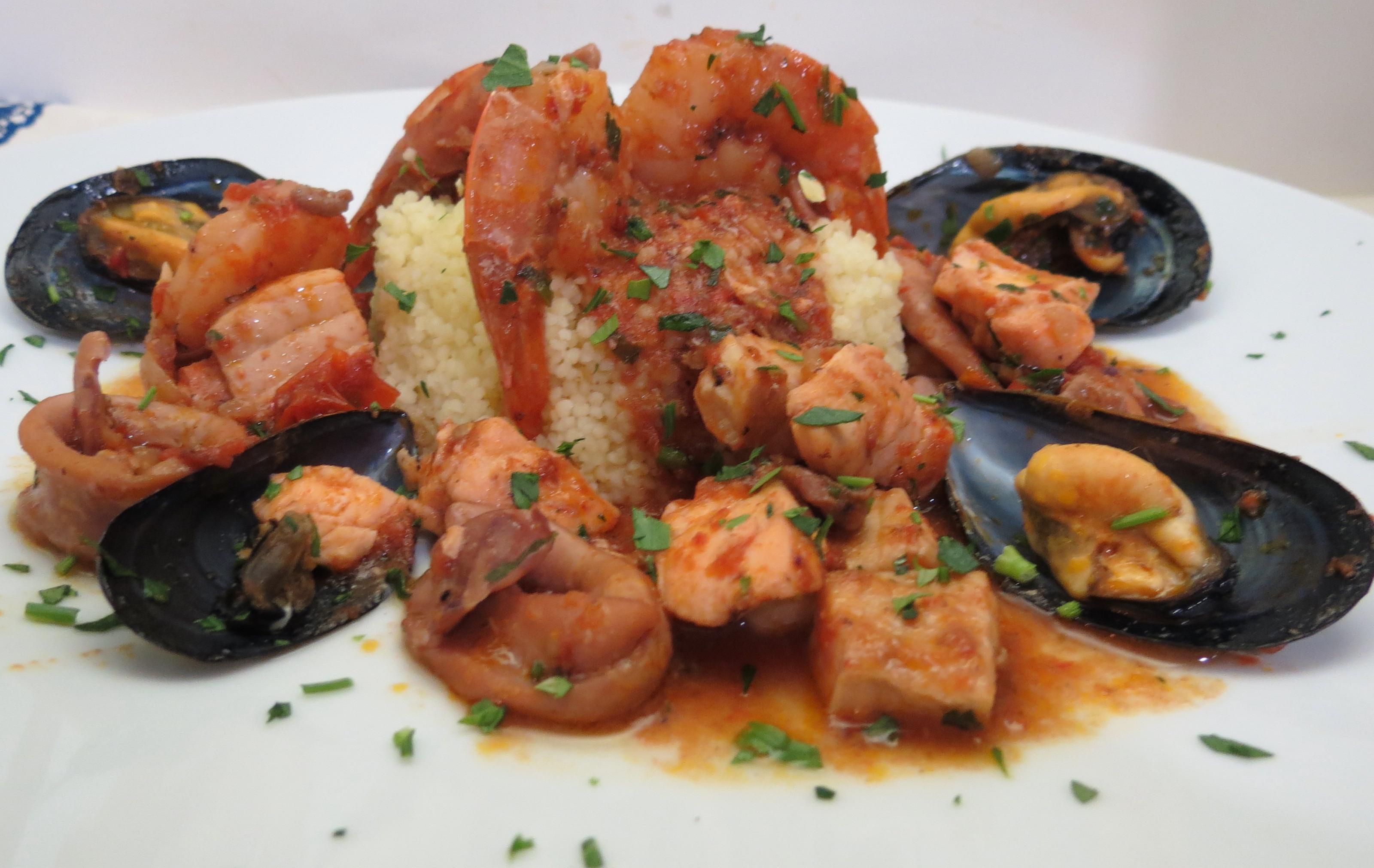 200g Di Calamari 2 Fette Di Pesce Spada E 2 Di Salmone 150g Di  #AC491F 3200 2023 Foto Di Mattonelle Per Cucina